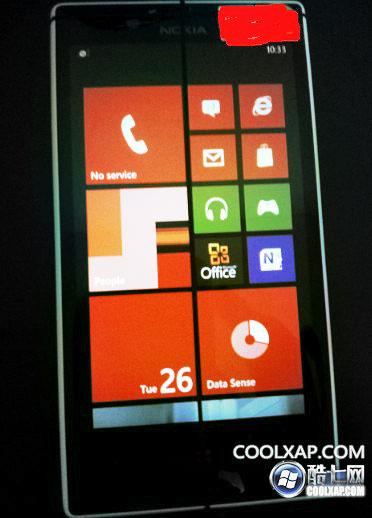 Фотографии нового смартфона Nokia Lumia 820