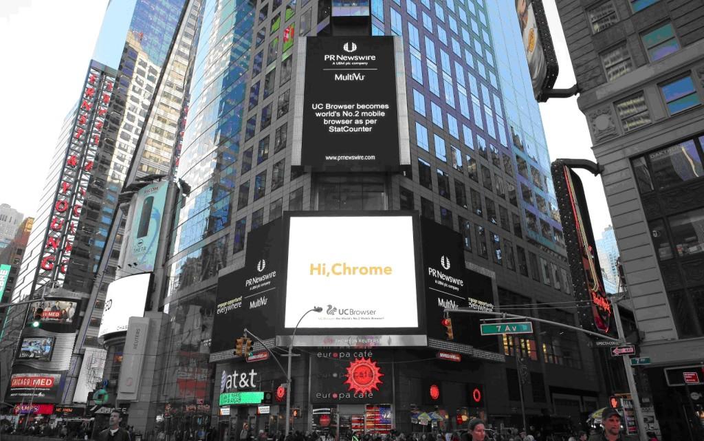 Рекламный баннер, посвященный выходу UC Browser на вторую позицию среди мобильных браузеров на Таймс-Сквер, Нью-Йорк