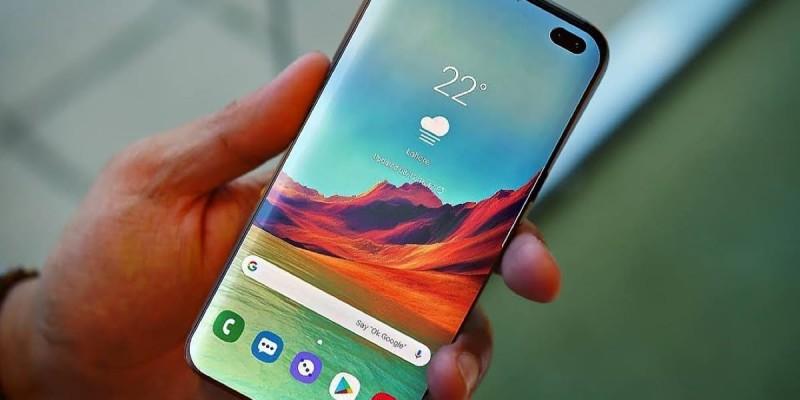 В сеть утекли фото фронтальной панели Samsung Galaxy S10+